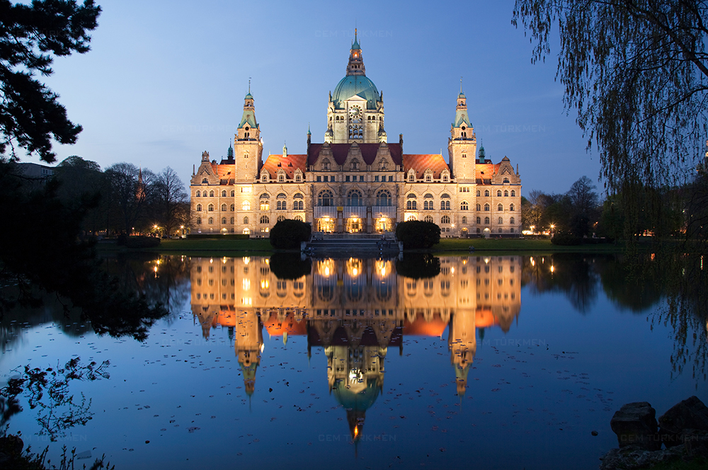 germany-hannover-rathaus-reflection