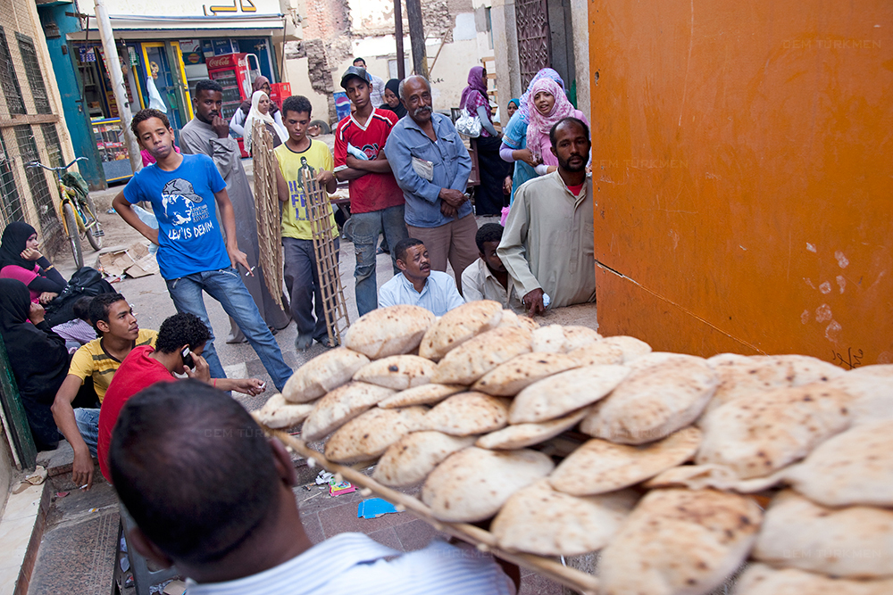 egypt-asvan-bread-people